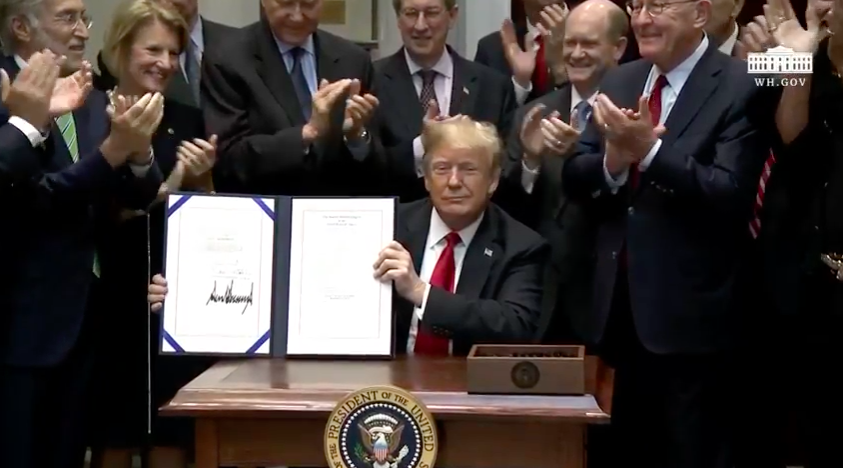 MAKE ROYALTIES GREAT AGAIN: PRESIDENT DONALD TRUMP SIGNS MUSIC MODERNIZATION ACT INTO LAW ile ilgili görsel sonucu